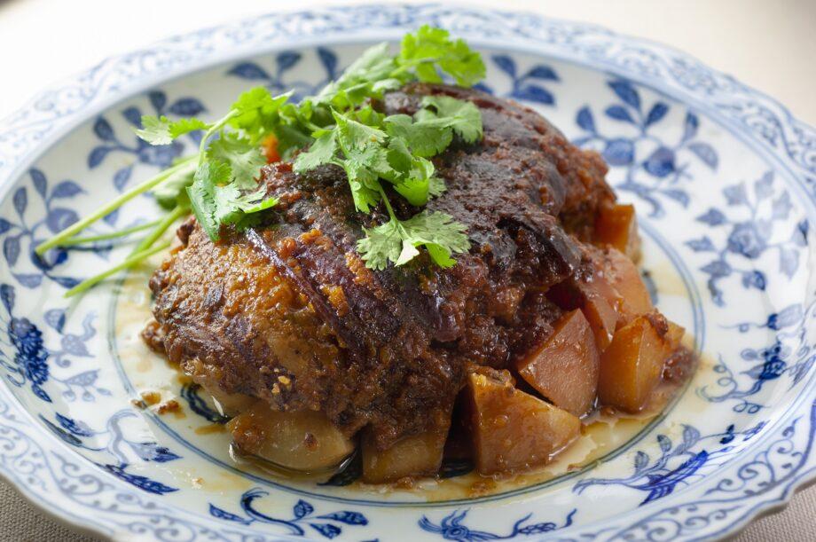 米粉で作られた中国の定番家庭料理「粉蒸肉」のイメージ